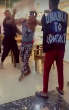 Young man receives serious beating for paying with fake transfer (Video)