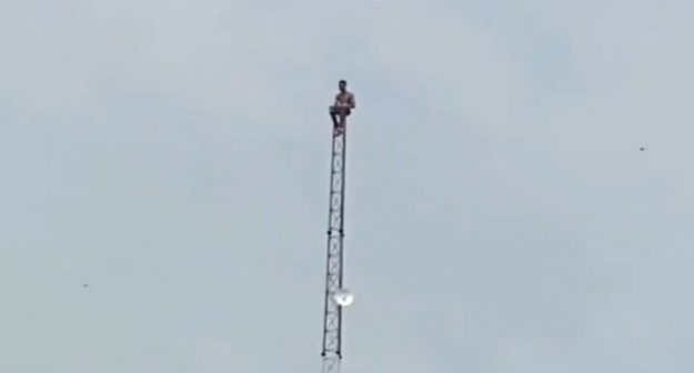 Depressed Man Spotted On Top Of A Telecommunications Mast In Lagos (Video)